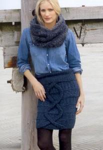 синяя короткая вязаная юбка спицами с отделкой из кос