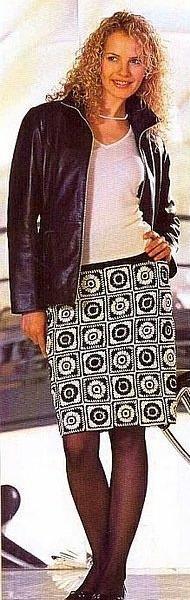 Черно-белая вязаная юбка крючком из мотивов