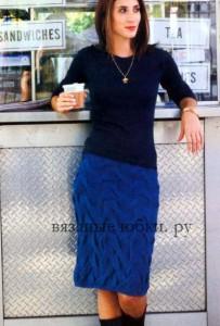 Синяя прямая вязаная юбка из кос спицами