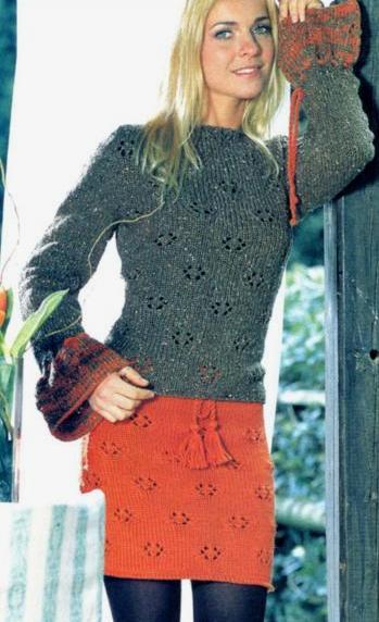 вязаный свитер с расклешенными рукавами и мини юбка спицами