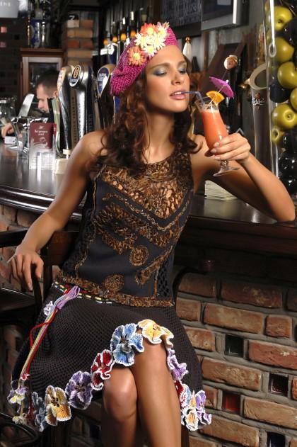 летняя вязаная юбка клеш крючком с отделкой из анютиных глазок