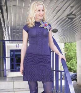 синяя вязаная мини юбка спицами с аранским узором и топ