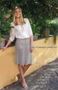 летняя вязаная юбка спицами с ажурными полосами