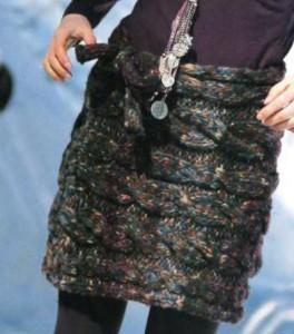 короткая вязаная юбка из толстой пряжи спицами с узором из кос фото