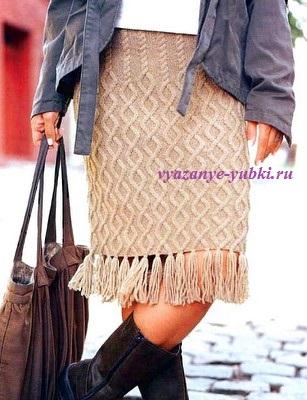 прямая вязаная юбка спицами с аранским узором и бахромой