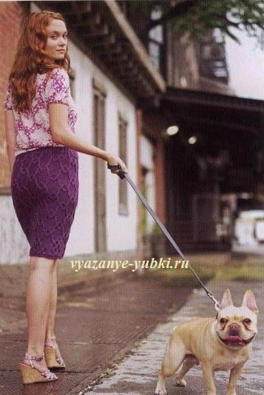 лиловая вязаная юбка на спицах с красивым объемным узором