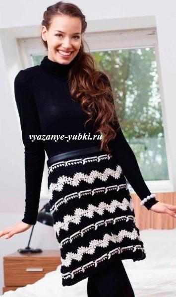 черно-белая вязаная юбка крючком из толстой пряжи